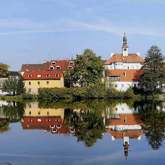 Mělník Chateau and tower of the Church of St. Peter and Paul as seen from the historic locks in Hořín, photo by: Archiv Vydavatelství MCU s.r.o.